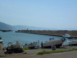 甲楽城漁港入り口からの様子