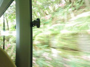 山道を登るシャトルバスからの景色