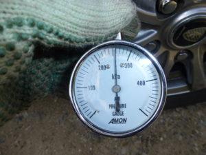 エアーゲージによる空気圧の微調整