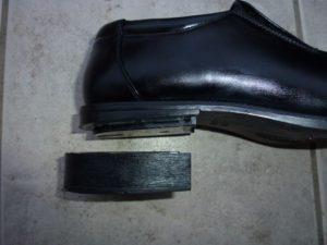 靴からヒールを外した写真