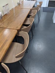 食堂のテーブル