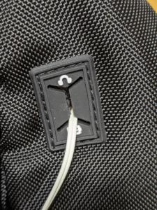 USBケーブルとヘッドホン用のゴム穴【表側】