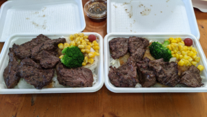 【ハラミステーキ重】ごはん大盛り(左)とごはん普通盛り(右)の比較