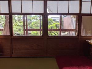 【川魚料理 魚勝】席から中庭を眺める